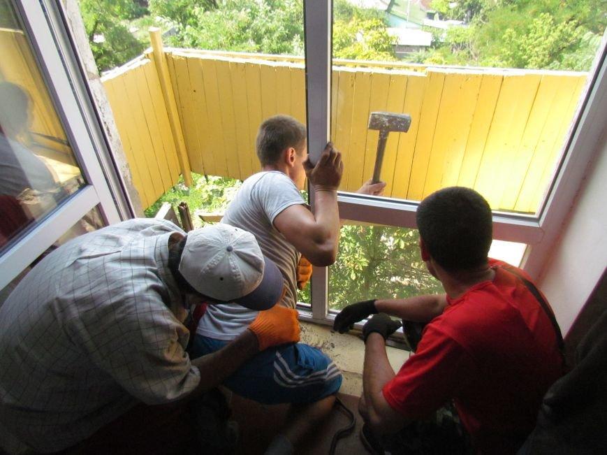 В Мариуполе коммунальщики, рискуя жизнью, ломали балкон (ФОТО), фото-4