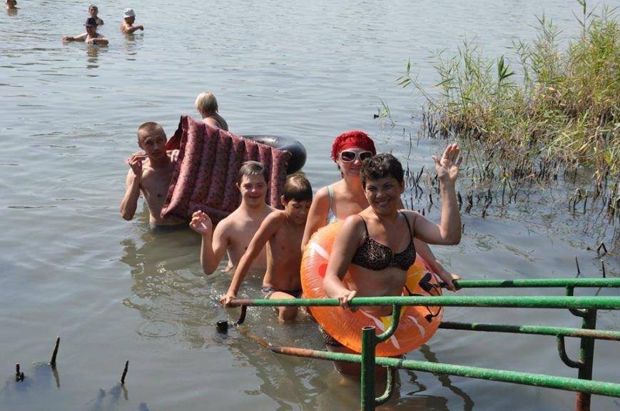Инвалиды из Краматорска устроили заплыв на надувных матрацах (ФОТО), фото-2