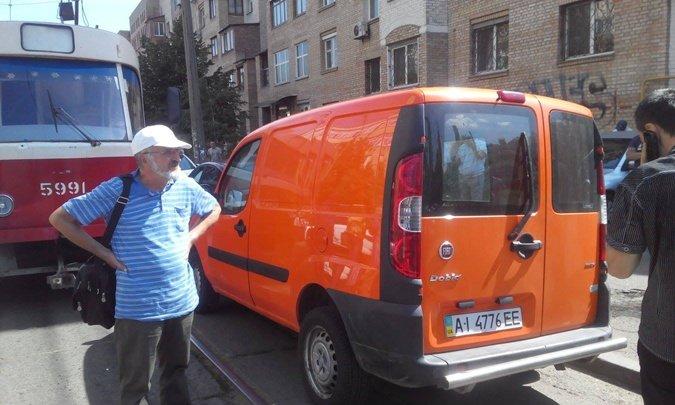В Киеве водитель оставил машину на трамвайных путях и ушел за покупками (ФОТОФАКТ) (фото) - фото 1