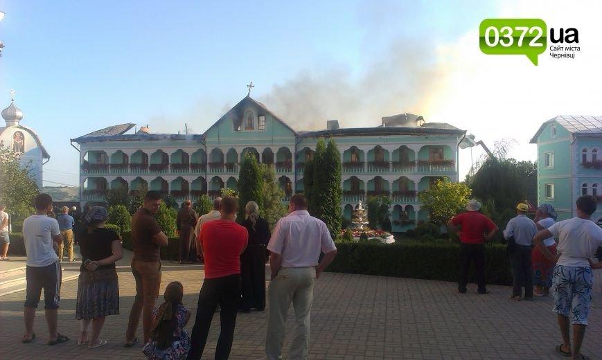 Сьогодні ввечері у Банченському монастирі, що на Герцаївщині гасили пожежу (ФОТО, ВІДЕО) (фото) - фото 2