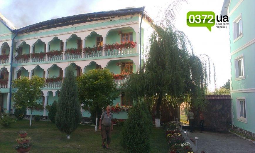 Сьогодні ввечері у Банченському монастирі, що на Герцаївщині гасили пожежу (ФОТО, ВІДЕО) (фото) - фото 1