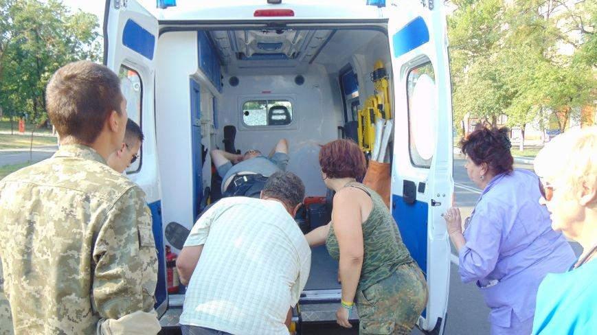 У административной площади протестующие против демилитаризации Широкино помогали жертве аварии (ФОТО) (фото) - фото 1