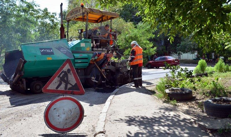Металлурги ремонтируют внутриквартальные дороги во дворах Мариуполя (фото) - фото 1