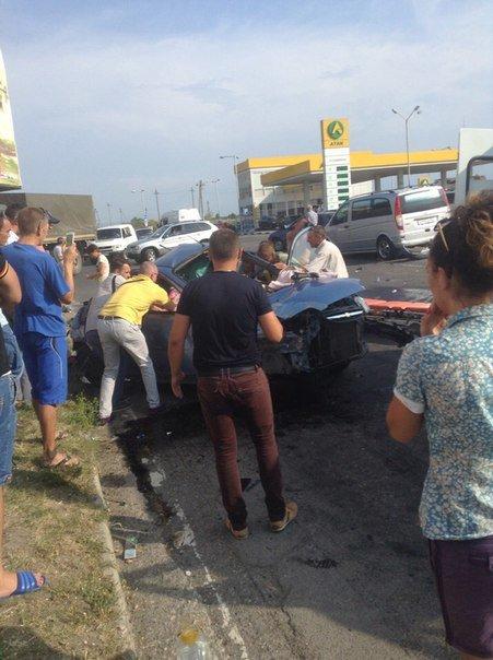 В Симферополе водитель «Шевроле» протаранил три автомобиля и попал в больницу (ФОТО) (фото) - фото 4