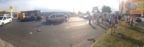 В Симферополе водитель «Шевроле» протаранил три автомобиля и попал в больницу (ФОТО) (фото) - фото 1