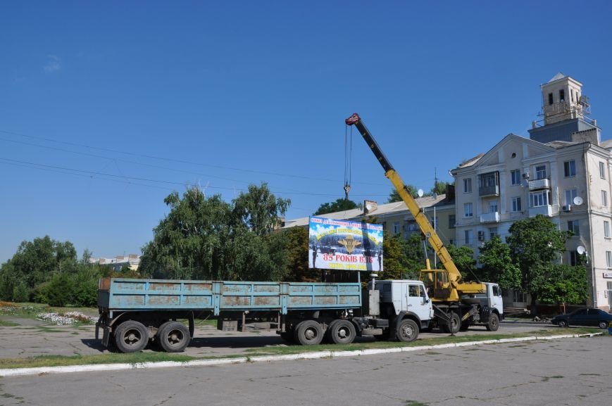 На центральной площади Краматорска демонтировали ничейный билборд, фото-1