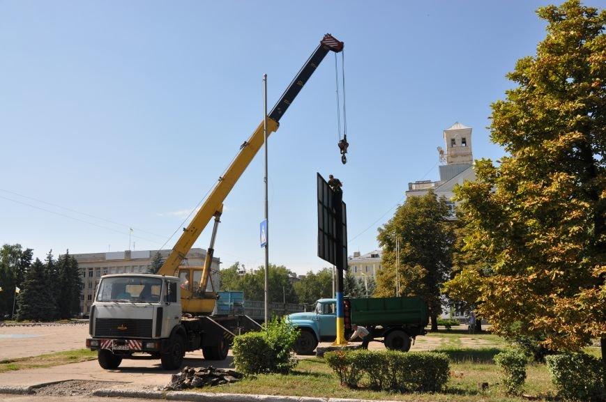На центральной площади Краматорска демонтировали ничейный билборд, фото-5