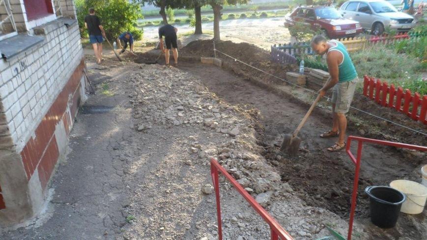 Жителі Луначарки власноруч ладнають тротуари (ФОТО), фото-1