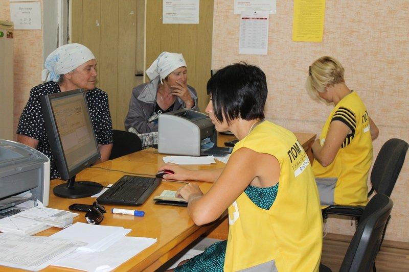 Волонтеры Гуманитарного штаба Ахметова ежедневно выдают около 600 наборов продуктов для выживания на Краснодонщине, фото-1
