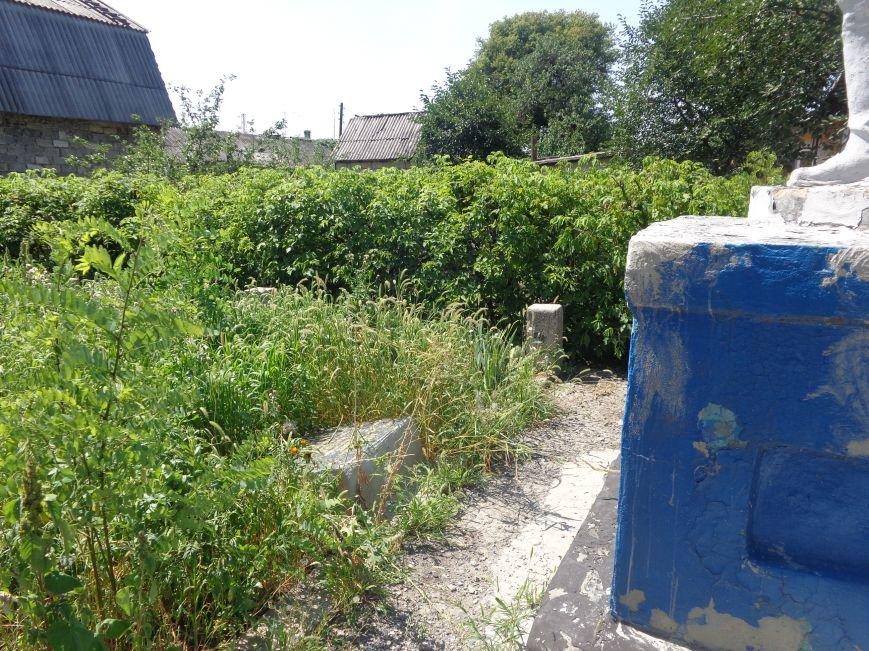В Красноармейске до сих пор не восстановили разрушенный памятник на братской могиле по улице Ольшанского (фото) - фото 4