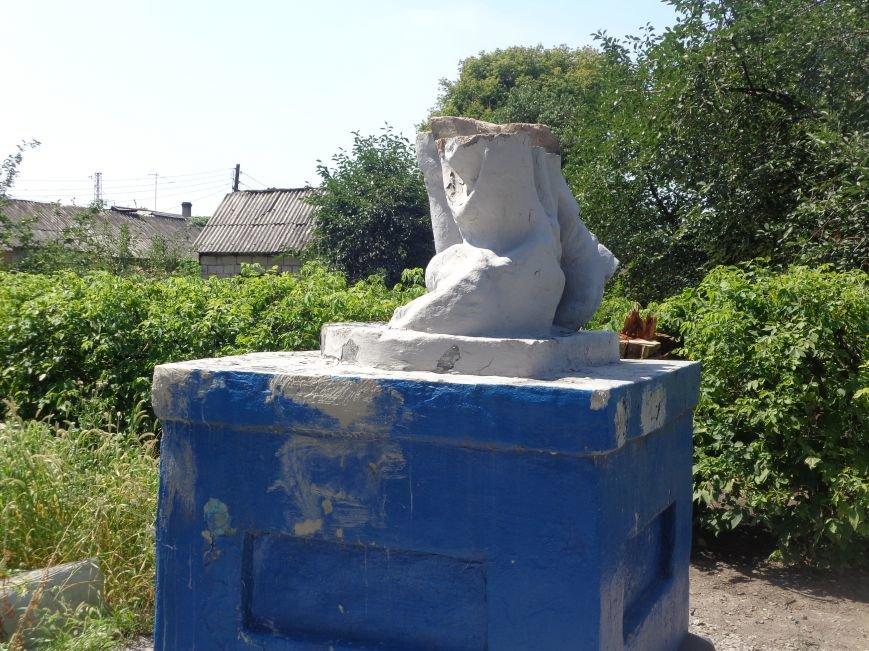 В Красноармейске до сих пор не восстановили разрушенный памятник на братской могиле по улице Ольшанского (фото) - фото 7