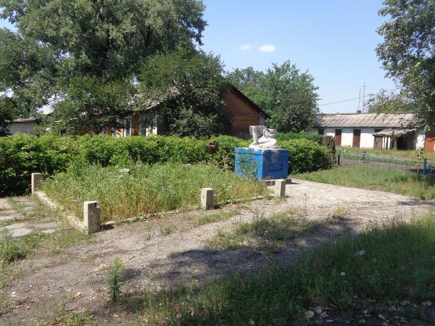 В Красноармейске до сих пор не восстановили разрушенный памятник на братской могиле по улице Ольшанского (фото) - фото 1