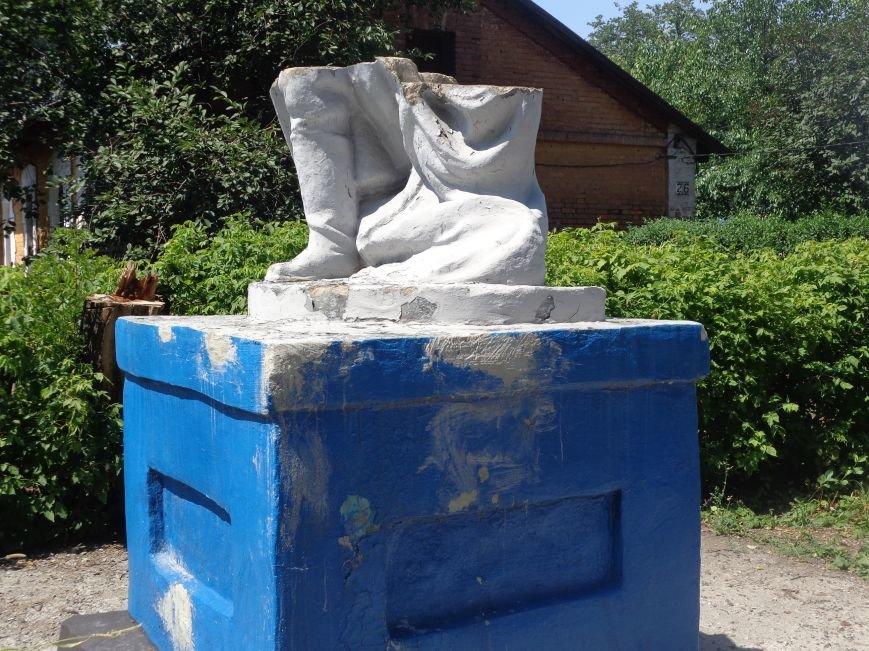 В Красноармейске до сих пор не восстановили разрушенный памятник на братской могиле по улице Ольшанского (фото) - фото 5