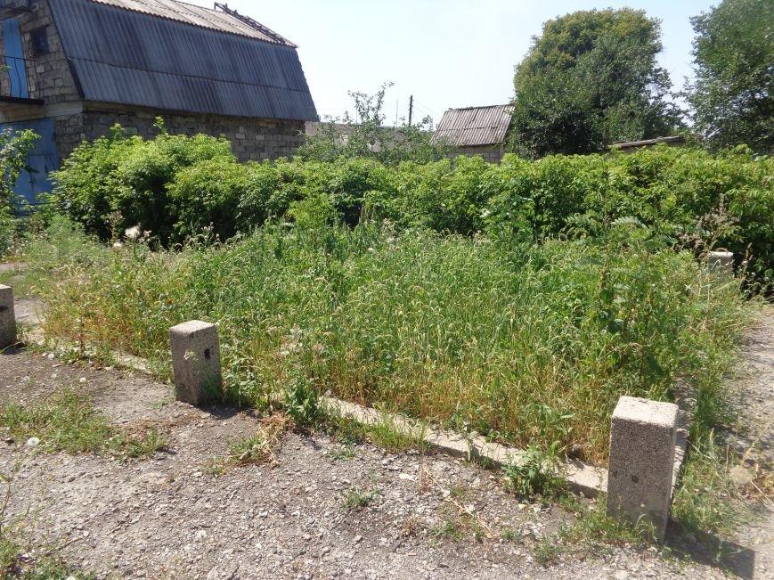 В Красноармейске до сих пор не восстановили разрушенный памятник на братской могиле по улице Ольшанского (фото) - фото 2