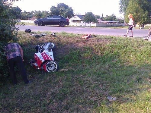 В Скиделе водитель мотоцикла с пассажиром вылетели в кювет (фото) - фото 1