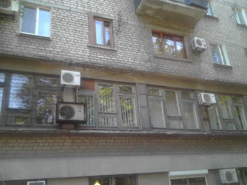 От действий хулиганов пострадал Жовтневый суд Мариуполя (ФОТО), фото-1