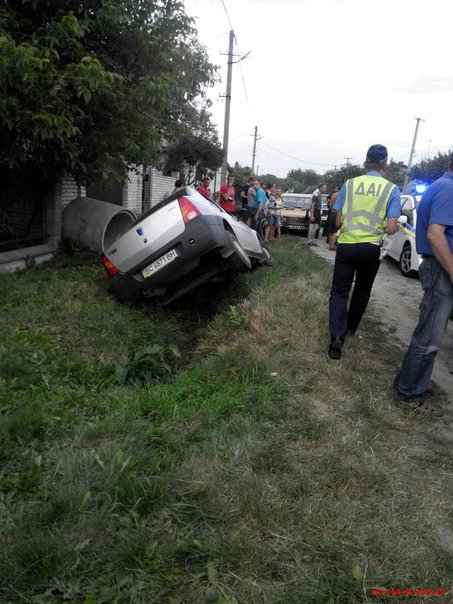 На Львівщині двоє чоловіків викрали автомобіль і потрапили в аварію (ФОТО) (фото) - фото 1