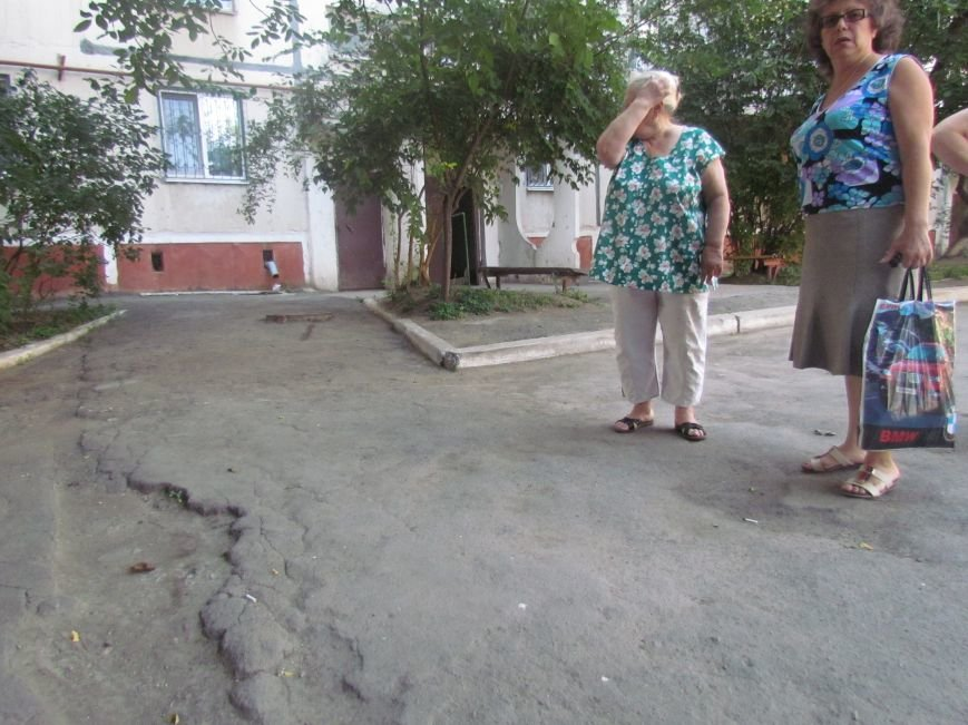 В  Мариуполе на улице Жукова жители домов №64 и 66 протестовали против «показушных объездов чиновников и СМИ» (ФОТО), фото-4