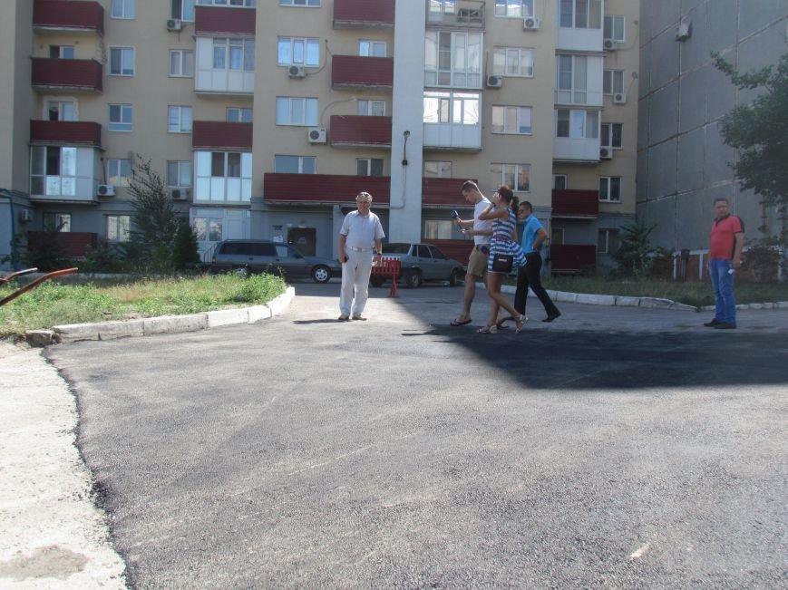 В  Мариуполе на улице Жукова жители домов №64 и 66 протестовали против «показушных объездов чиновников и СМИ» (ФОТО), фото-2
