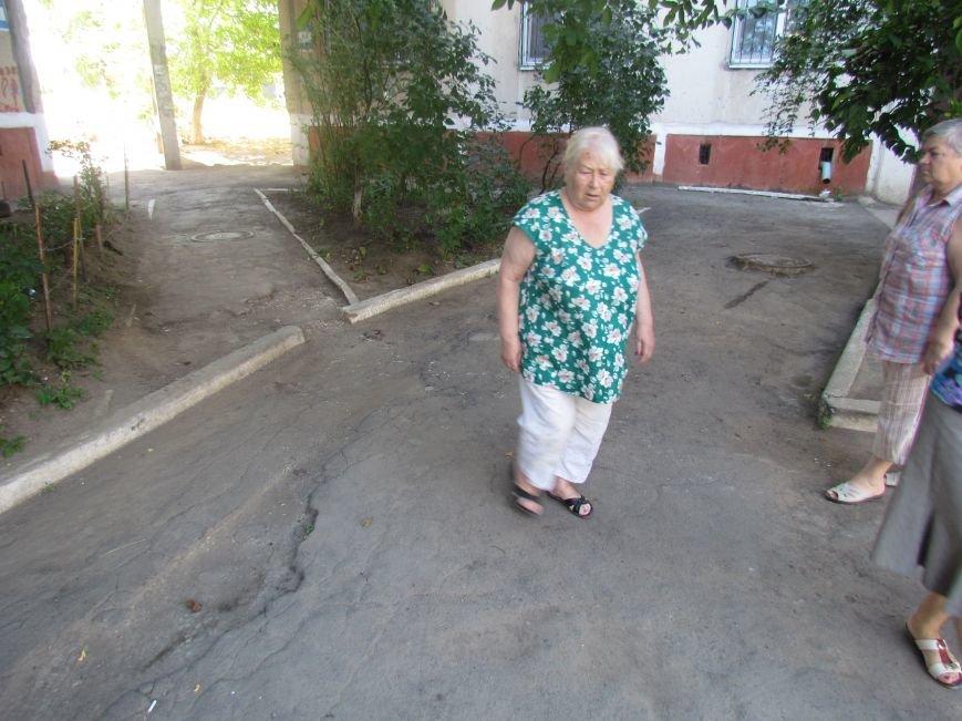 В  Мариуполе на улице Жукова жители домов №64 и 66 протестовали против «показушных объездов чиновников и СМИ» (ФОТО), фото-3