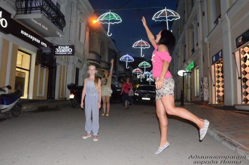 В Ялте презентовали новую архитектурную подсветку улицы Морской (4)
