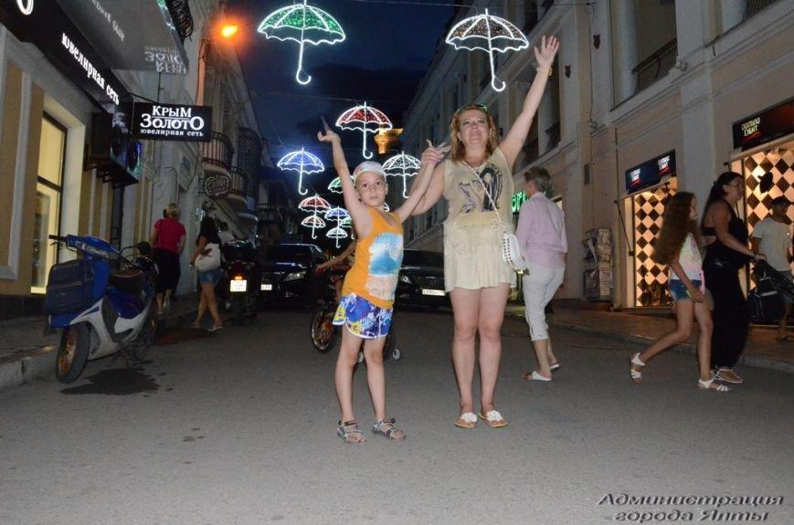 В Ялте презентовали новую архитектурную подсветку улицы Морской (6)