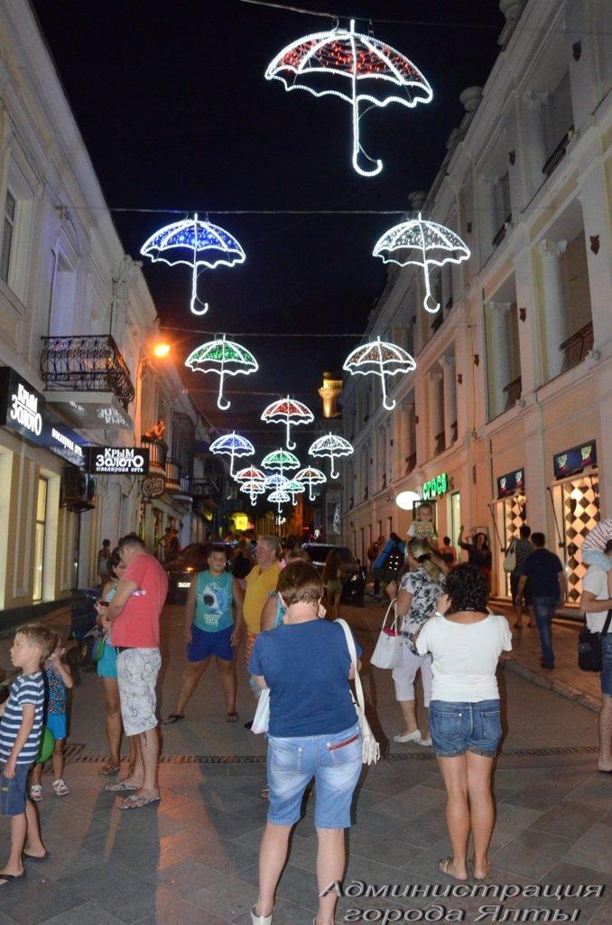 В Ялте презентовали новую архитектурную подсветку улицы Морской (8)