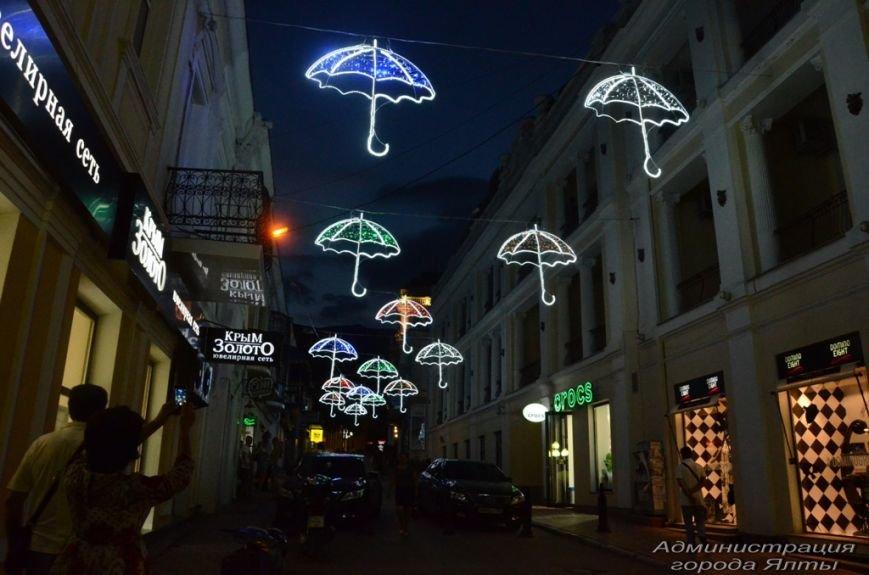 В Ялте презентовали новую архитектурную подсветку улицы Морской (2)