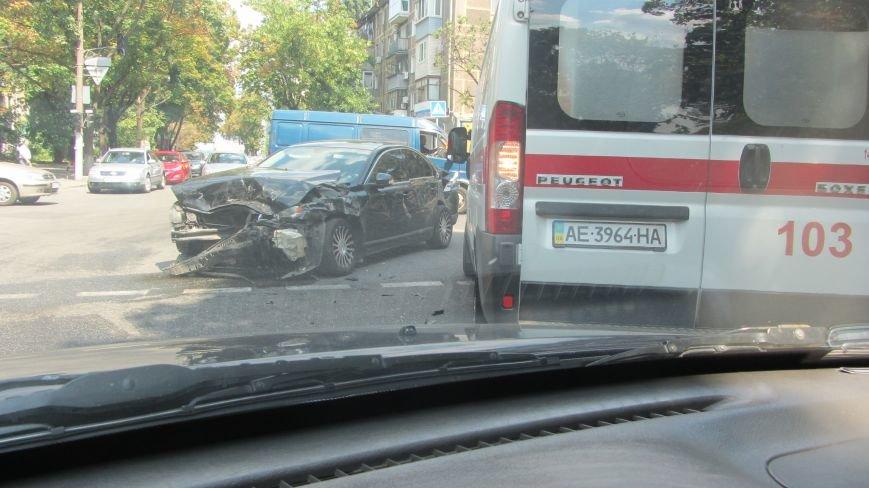 ДТП в Днепропетровске: на улице Словацкого в столкновении авто пострадали люди, фото-1