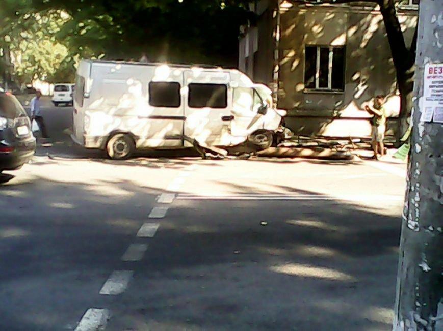 В центре Днепропетровска маршрутка разбилась вдребезги (ФОТО) (фото) - фото 1
