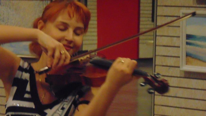 В Мариуполе слушали стихи о любви и наблюдали парящую над землей скрипачку (ФОТО) (фото) - фото 5