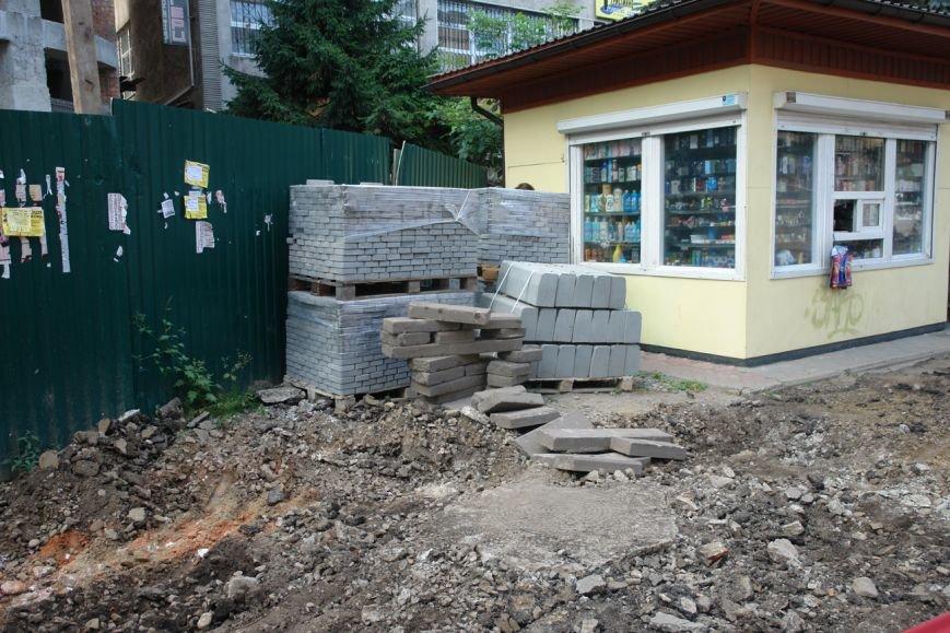 На вул. Січових Стрільців укладають нову бруківку (фото) (фото) - фото 3