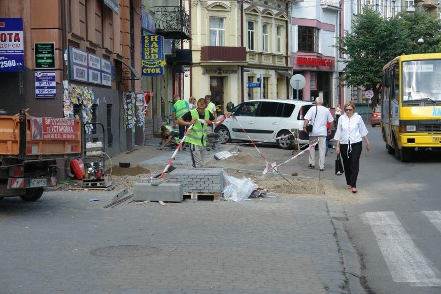 На вул. Січових Стрільців укладають нову бруківку (фото) (фото) - фото 4