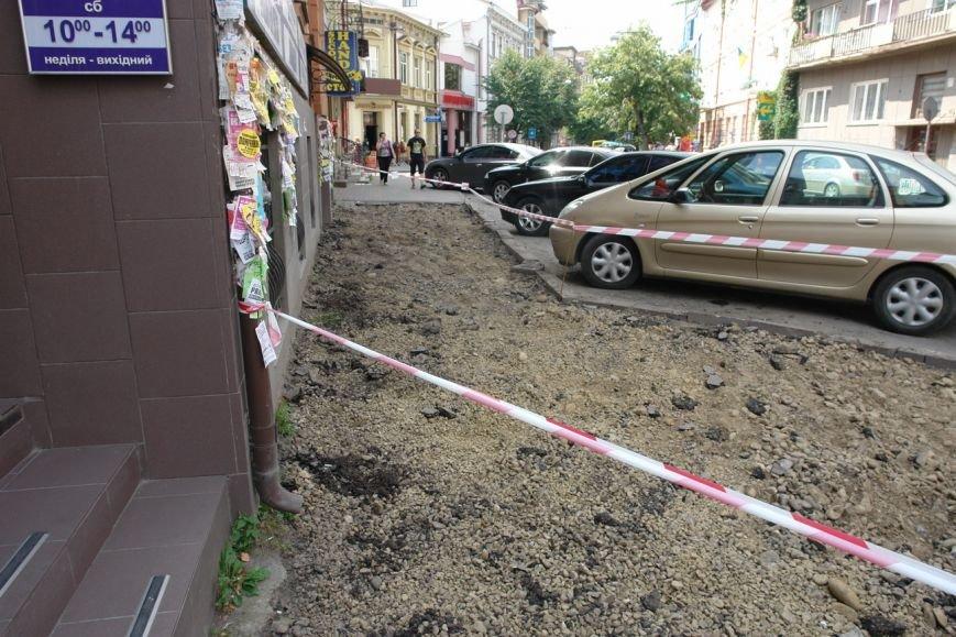 На вул. Січових Стрільців укладають нову бруківку (фото) (фото) - фото 1
