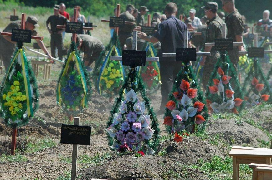 Под Запорожьем неопознанных солдат похоронили через год после гибели (ФОТОРЕПОРТАЖ), фото-30