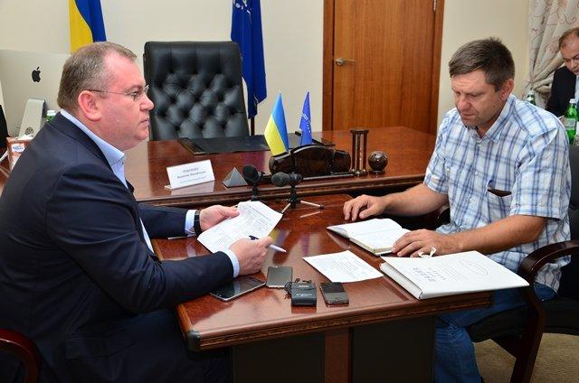 Никопольчанину, который вынес из плена террористов флаг Украины, помогут с жильем, фото-1