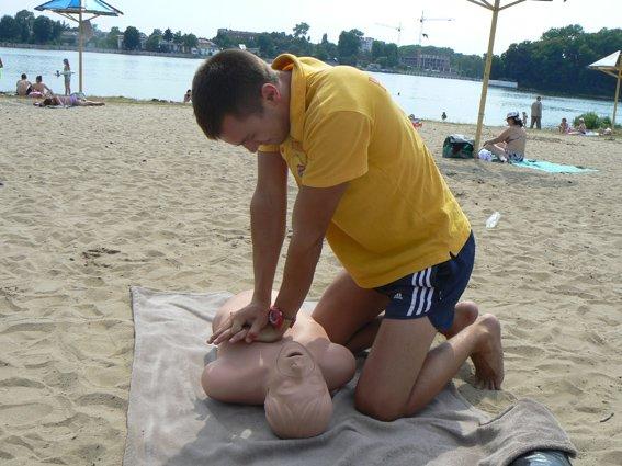 Рятувальники провели міні-курси з надання медичної допомоги на міському пляжі (фото) - фото 3