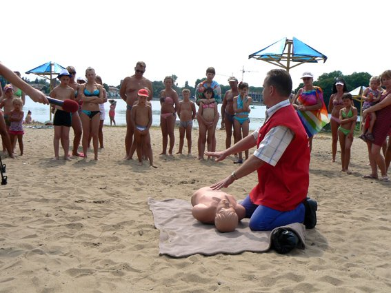 Рятувальники провели міні-курси з надання медичної допомоги на міському пляжі (фото) - фото 1
