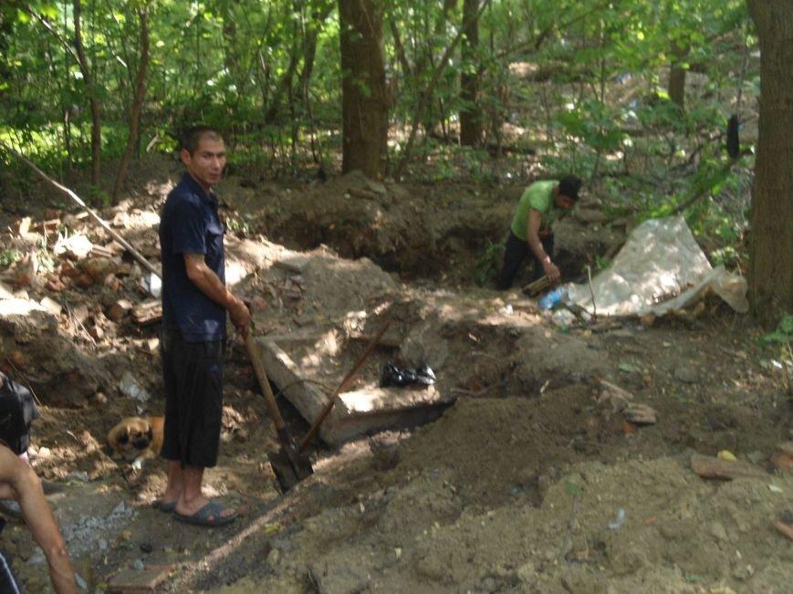 Поблизу електростанції на території Цитаделі, невідомі розкопують  землю у пошуках металу (ФОТО) (фото) - фото 1