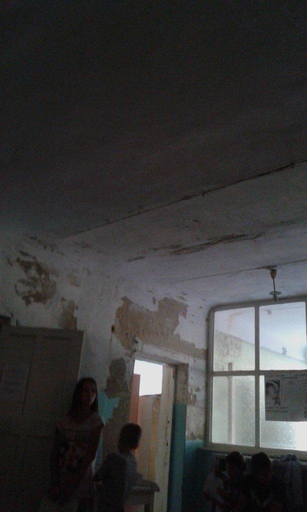 Криворожане шокированы детским отделением инфекционной больницы: осыпавшиеся стены и ямы  на полу (ФОТО), фото-6