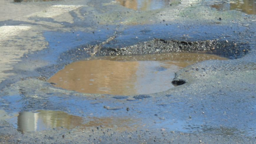 В Мариуполе на перекрестке появилась уникальная яма (ФОТОФАКТ) (фото) - фото 1