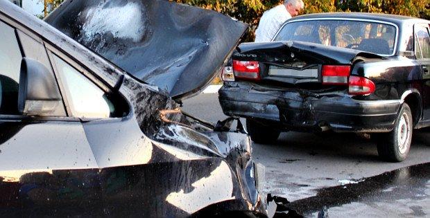 У Сторожинці автомобіль врізався в авто, припарковане на узбіччі, фото-1