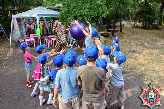 В Мариуполе милиционеры накормили детей мороженым (ФОТО) (фото) - фото 3