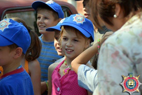 В Мариуполе милиционеры накормили детей мороженым (ФОТО) (фото) - фото 2