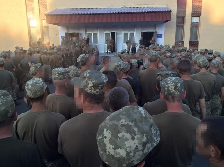 Черниговские солдаты стоят в огромных очередях за едой, фото-2