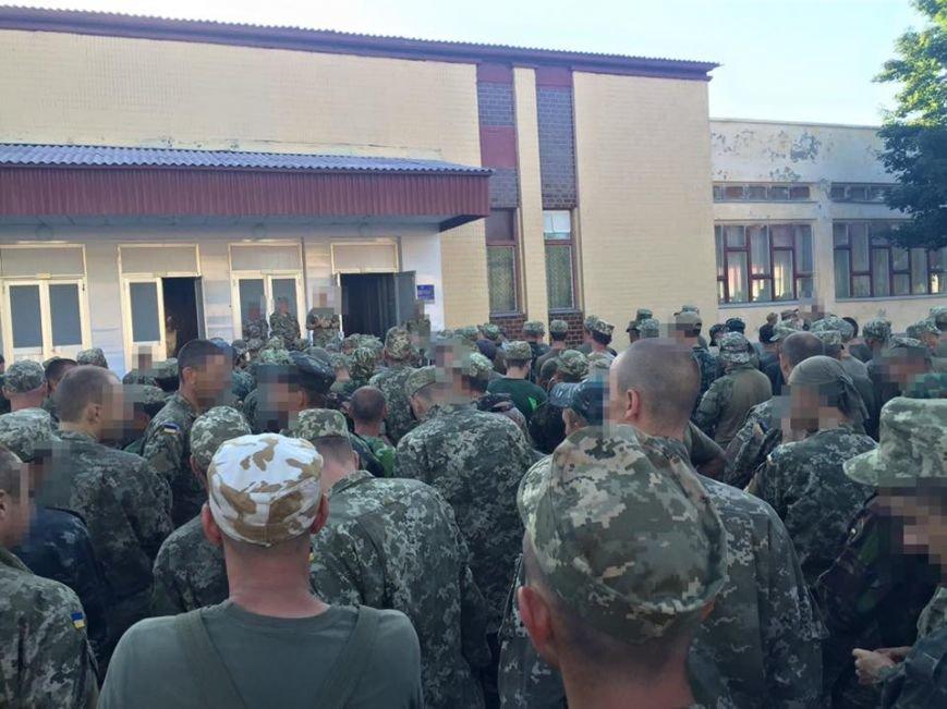 Черниговские солдаты стоят в огромных очередях за едой, фото-3