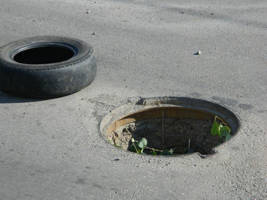 Лубенські активісти в оригінальний спосіб привертають увагу до відсутності люків на дорогах. Фото (фото) - фото 1