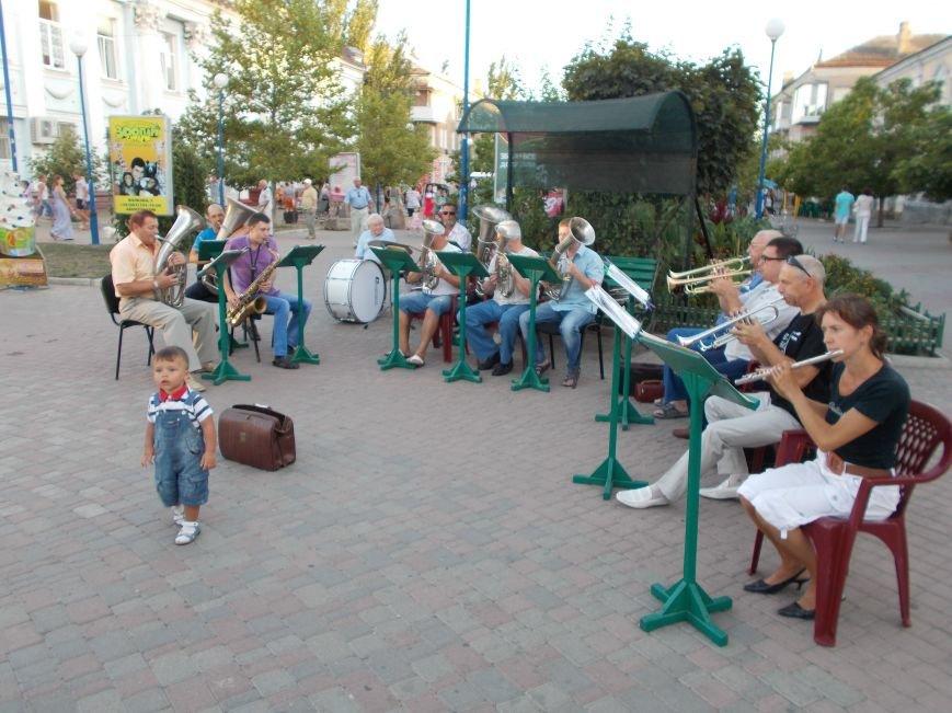 В Бердянске прошел традиционный концерт народного духового оркестра (фото) - фото 1