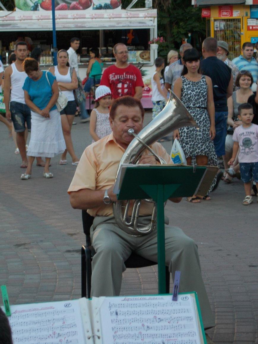 В Бердянске прошел традиционный концерт народного духового оркестра (фото) - фото 6