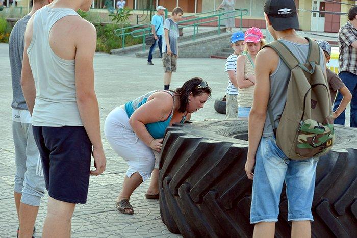 Фотофакт: гомельчанка просто так взяла и подняла 75-килограммовое бревно (фото) - фото 1